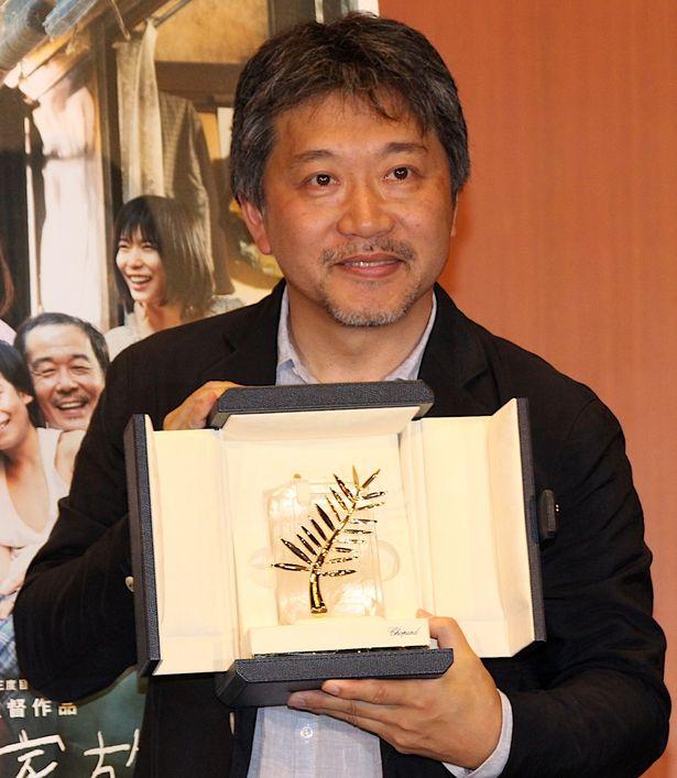 カンヌ最高賞・是枝裕和監督が凱旋会見で笑顔!