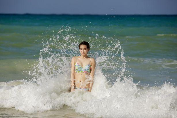 【写真を見る】ちょっと波が強すぎた?ビキニ姿で大波に打たれる山崎紘菜