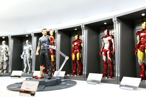 歴代のアイアンマンが並ぶトニー・スタークの自宅を再現
