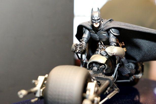 バットポッドにまたがった『ダークナイト』版バットマン