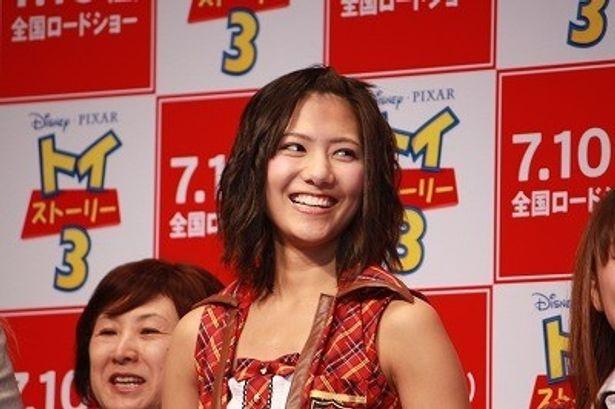 元気いっぱいの笑顔を見せていたAKBの宮澤佐江