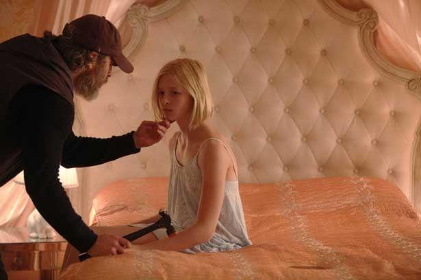【写真を見る】ホアキン・フェニックスがトンカチ一つで少女を助けるアウトサイダーに!