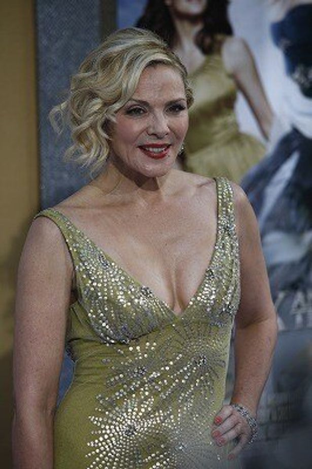 サマンサ役のキム・キャトラルはハミチチのゴージャスドレス