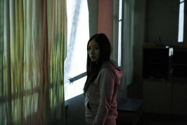 感性が鋭く、異変にいち早く気付いてしまう主人公・美奈子を演じる紗綾