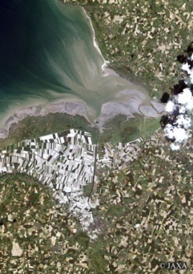 700km上空から見たフランスのモン・サン・ミシェル