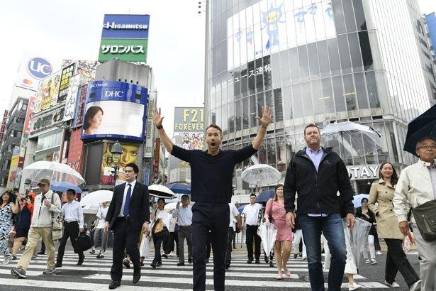 渋谷のスクランブル交差点に大はしゃぎのライアン