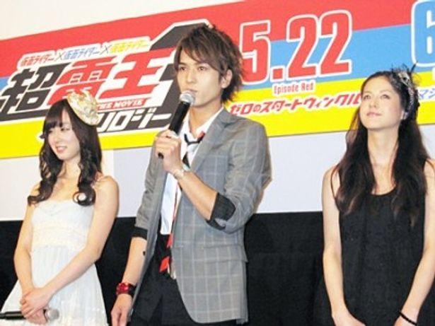 「撮影では緊張して手が震えた」と話す中村優一(前方)、秋山莉奈、松本若菜(後方左から)