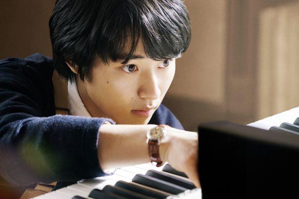 主演作『orange -オレンジ-』(15)の橋本光二監督と再びタッグを組み、山﨑賢人が調律師を好演
