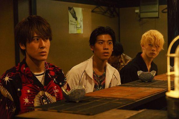 土田拓海(写真左)と吉原雅斗(写真中央)も半グレ軍団の一員として出演