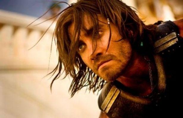『プリンス・オブ・ペルシャ 時間の砂』では、髪を振り乱して激しいアクションを繰り広げるジェイクの姿が堪能できる