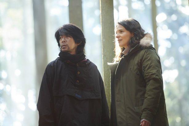 フランス人のエッセイスト、ジャンヌ(ジュリエット・ビノシュ)が奈良県の吉野を訪れ、山守の智(永瀬正敏)と出会う