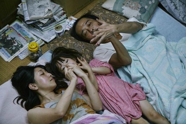 【写真を見る】リリー・フランキーや安藤サクラ、佐々木みゆが川の字で寝る幸せなシーン