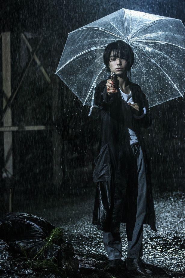 拳銃を拾ってしまった主人公・トオル役を村上虹郎が熱演