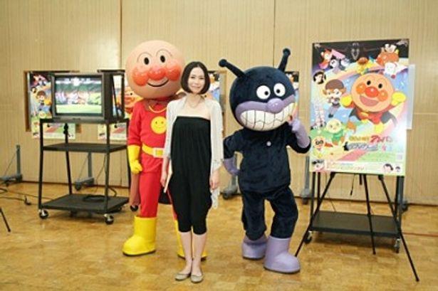映画「それいけ!アンパンマン ブラックノーズと魔法の歌」の公開アフレコに出席したアンパンマン、中谷美紀、ばいきんまん