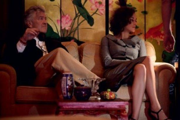 リンチ監督のもとで、コティヤールがミステリアスな女性を好演