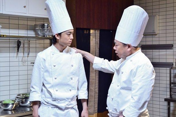 健太郎演じる料理人は、どのように肉を焼くのか