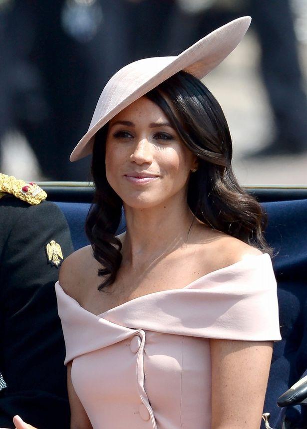 肌見せドレスで登場したメーガン妃