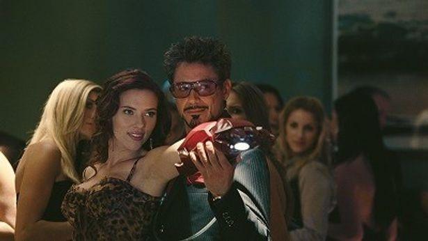 【写真】アイアンマンがスカヨハ扮する謎の美女ブラック・ウィドーに骨抜きにされる!?