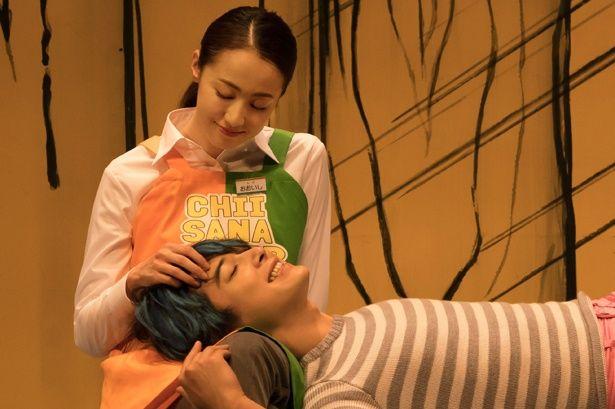 """【写真を見る】沢尻エリカが吉沢亮に膝枕。こんな風に膝の上で甘えられたい…""""猫男子""""が悶絶級のかわいさ!"""