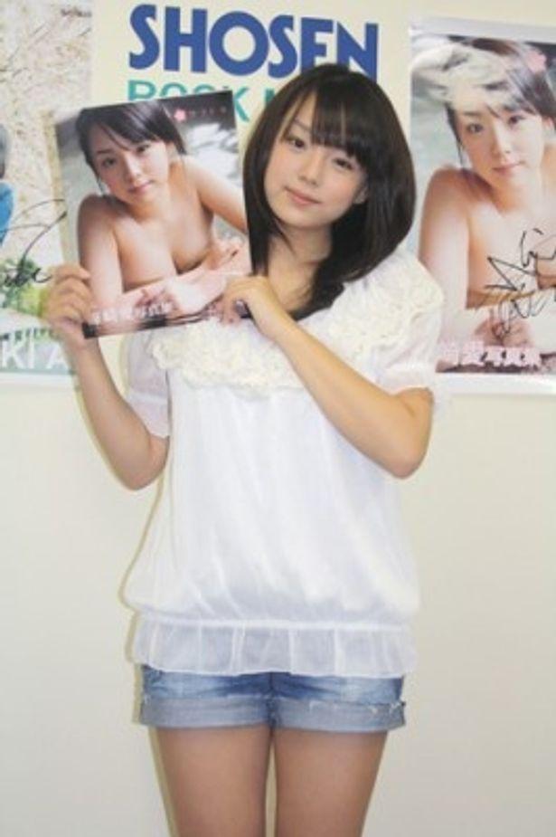 高校卒業後初となる写真集を発売した篠崎愛