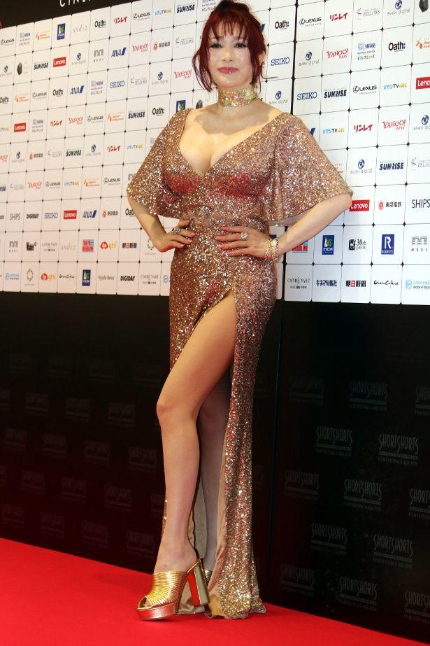 【写真を見る】叶美香は大胆スリットのセクシードレスで美脚を披露!