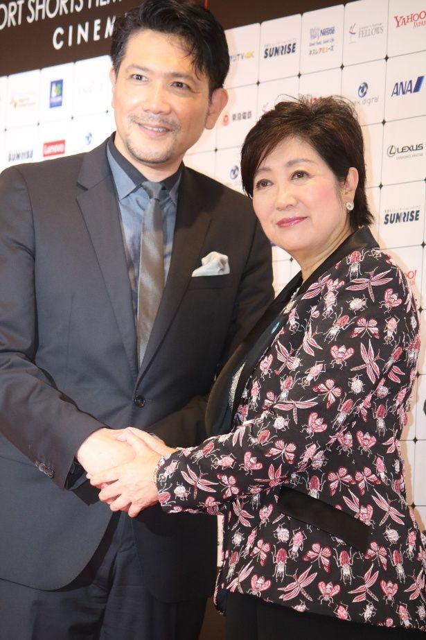 「ショートショート フィルムフェスティバル & アジア2018」の代表・別所哲也と小池百合子東京都知事が握手