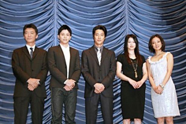 映画「孤高のメス」の初日舞台あいさつに出席した成島出監督、吉沢悠、堤真一、夏川結衣、中越典子(写真左から)