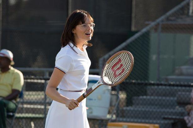 エマ・ストーンが主演作『バトル・オブ・ザ・セクシーズ』で伝説のテニスプレイヤーになりきる!