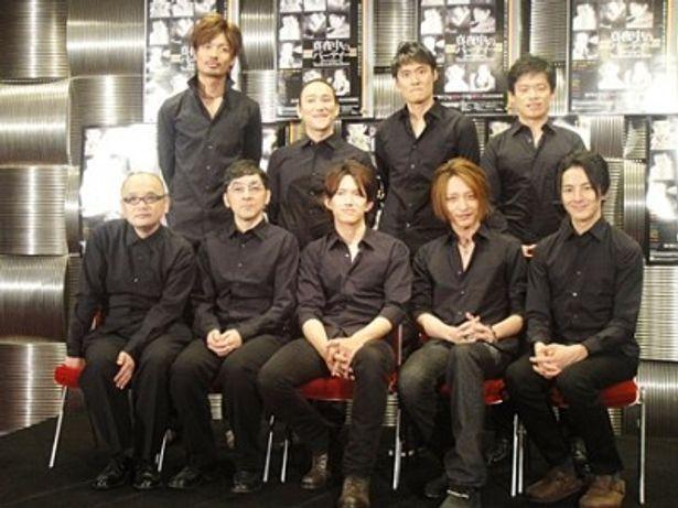演出家の青木(写真下一番左)も、役者にあわせて黒で登場