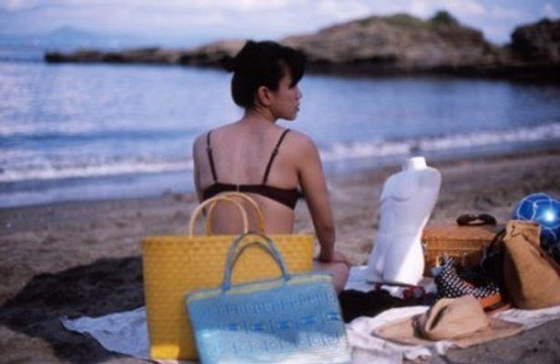海でトルソとデート中のヒロコ