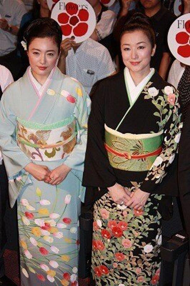 夏椿の着物の鈴木京香と、チューリップの着物の仲間由紀恵が『フラワーズ』の初日舞台挨拶に登壇