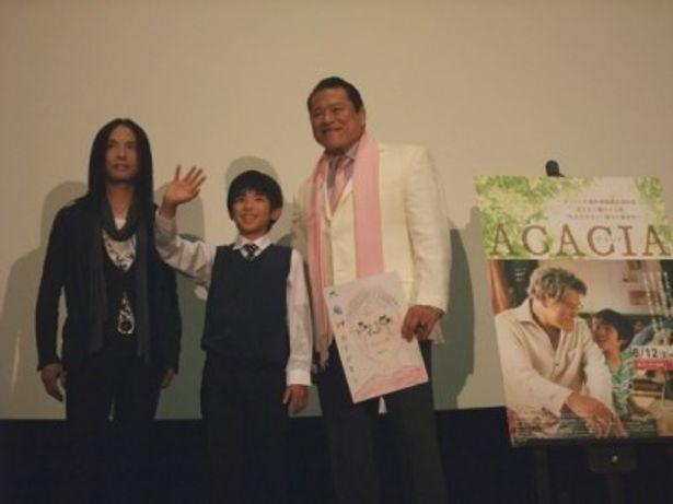 初日舞台挨拶を行った、左から辻仁成監督、林凌雅、アントニオ猪木