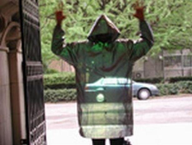 大人気の展示物「透明になれるマント」