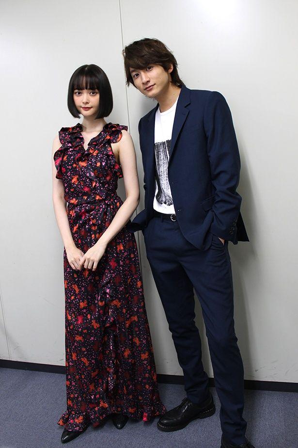 大阪での初日舞台挨拶前に行われたインタビュー。シンプルな部屋がお2人の登場で一気に華やかに!