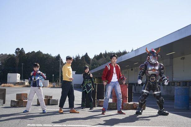ラッキー(右から2人目・岐洲匠)をはじめ、ハミィ(中央奥・大久保桜子)を信じるキュウレンジャーの面々