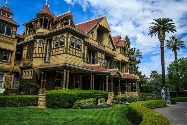 一見セレブな邸宅だが、2階の外に出る謎のドアなど奇妙な点がいくつも…(※実物)