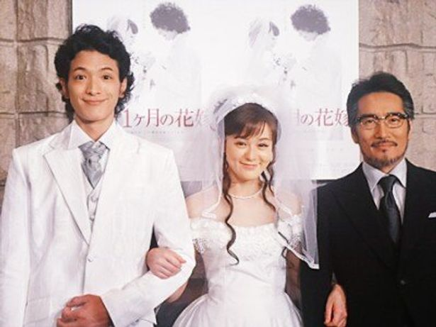 結婚式の衣装で、左から渡部、貫地谷、花嫁の父親役の天宮