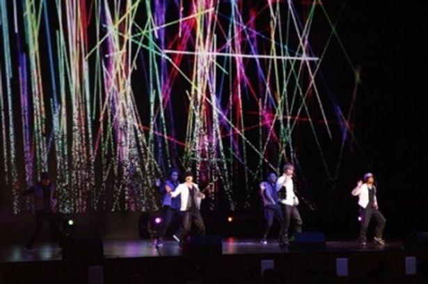大歓声に迎えられ、上海万博で日本人男性グループとしては初の歌唱披露を行ったw-inds.