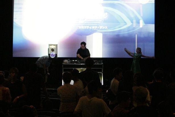 【写真を見る】人気DJも出演!映画館がダンスフロアになった「シネマティック・ダンス」とは?
