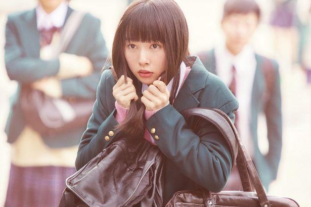 桜井日奈子が原作でもおなじみのポーズを披露!