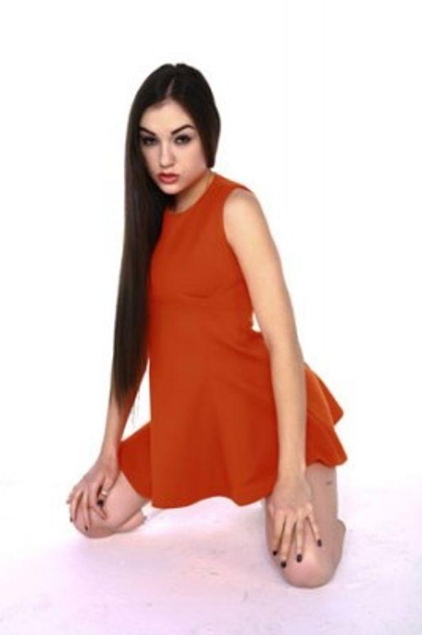 赤いドレスを着たサーシャにもドキドキ!「奥様は痴女」