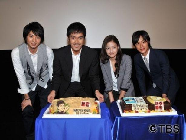 ついに最終回を迎える「新参者」メンバーがサプライズのケーキと記念写真。写真左より向井理、阿部寛、黒木メイサ、溝端淳平