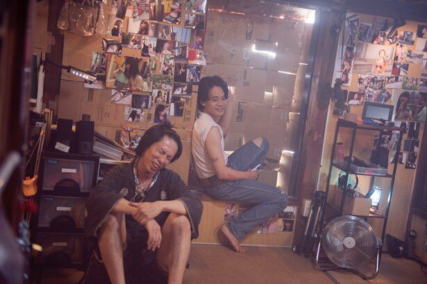 """【写真を見る】窓は段ボールで封鎖、壁には愛するソン(キム・コッピ)の写真を貼りつくした彼らの活動拠点""""ソンの国"""""""