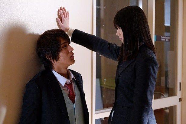 """中川大志がまさかの""""逆壁ドン""""!? 映画『覚悟はいいかそこの女子。』"""