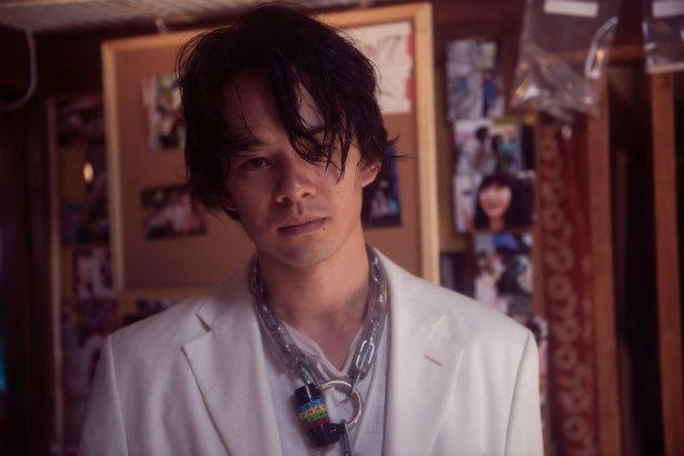 【写真を見る】尾崎豊になり切る男役を演じた池松壮亮がせつなくてセクシー