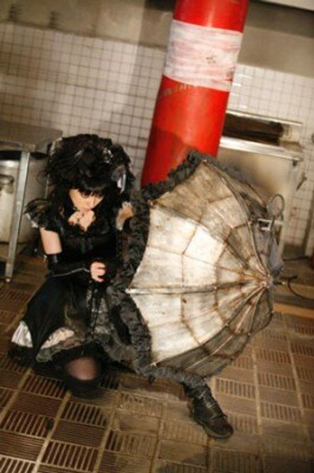マシンガンや剣など、いくつもの武器を内蔵した傘で戦うゴスロリ処刑人・ユキ