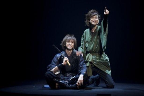 盗みを繰り返す義賊コンビ・絢人(左)と見影(右)