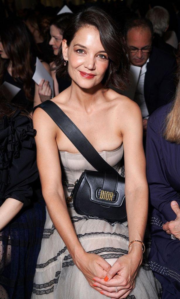 【写真を見る】ドレスからはみ出る豊満な胸…セクシーなハミ乳に釘付け!
