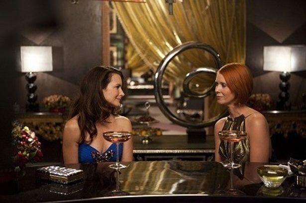 ホテルのバーでの1シーン。「心の内を見せられる親友がいるのって素敵ですね」