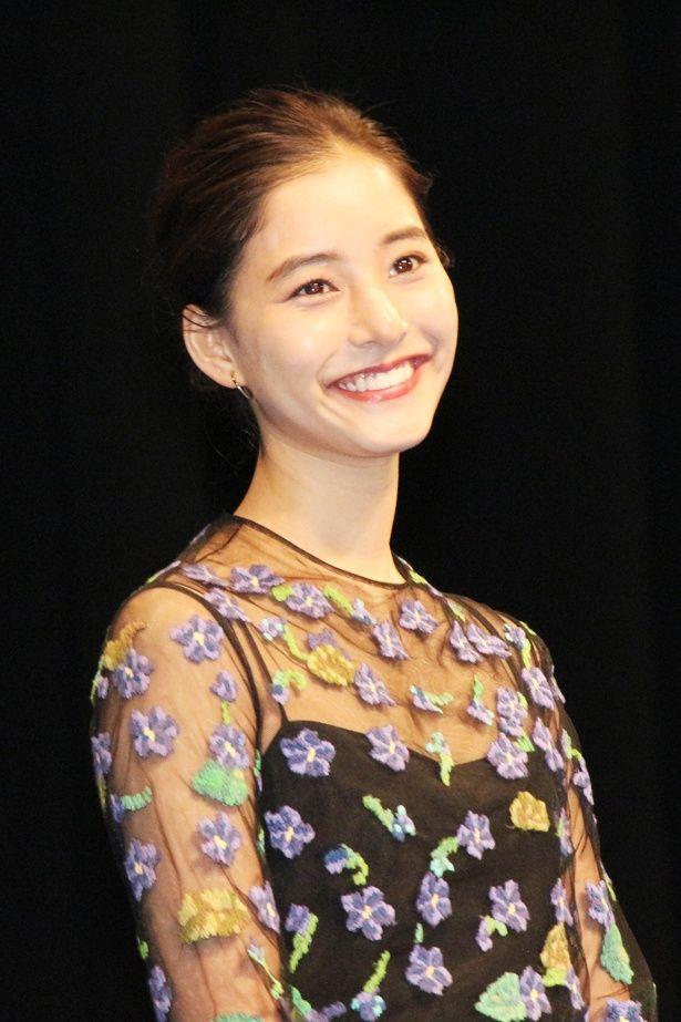 新木優子はデコルテラインが露わになるシースルードレス